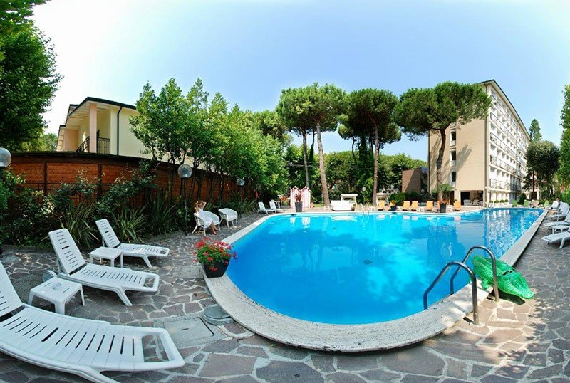 Lifeguard and swimming pool with free towels - Hotel Corallo Marina Romea (2/25)