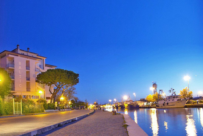 External view of the hotel and canal harbor - Hotel Baltic Cesenatico Centro (1/36)