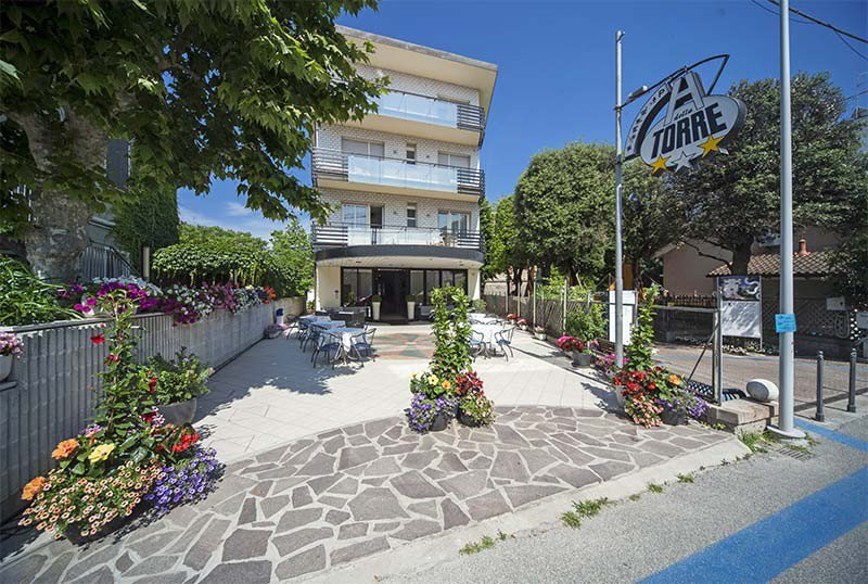 Entrance and equipped outdoor courtyard - Hotel Torre Bellaria (2/24)