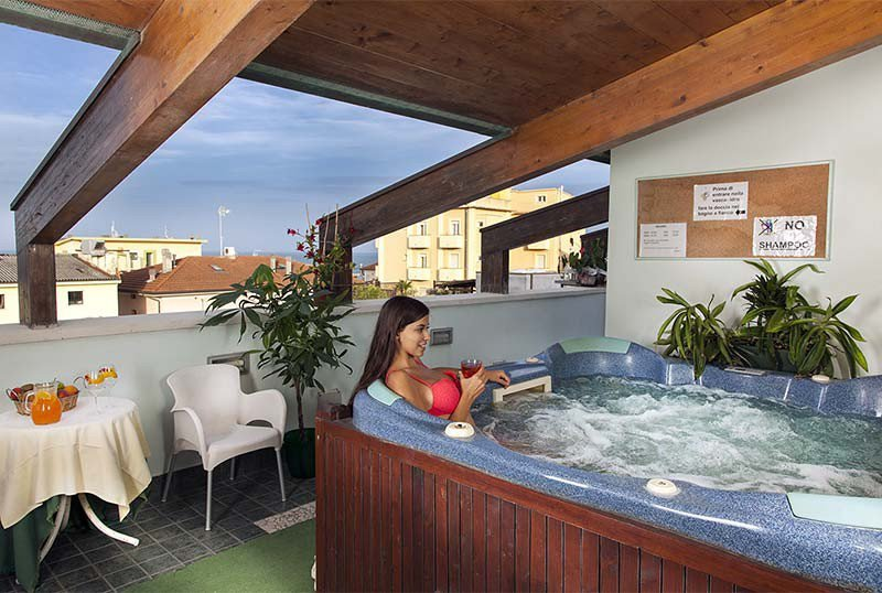 Hot tub with panoramic views - Hotel Verdemare Viserba di Rimini (2/23)