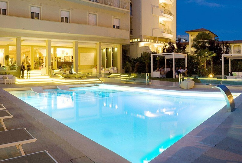 Pool bei Nacht - Hotel Beaurivage Cattolica (2/35)