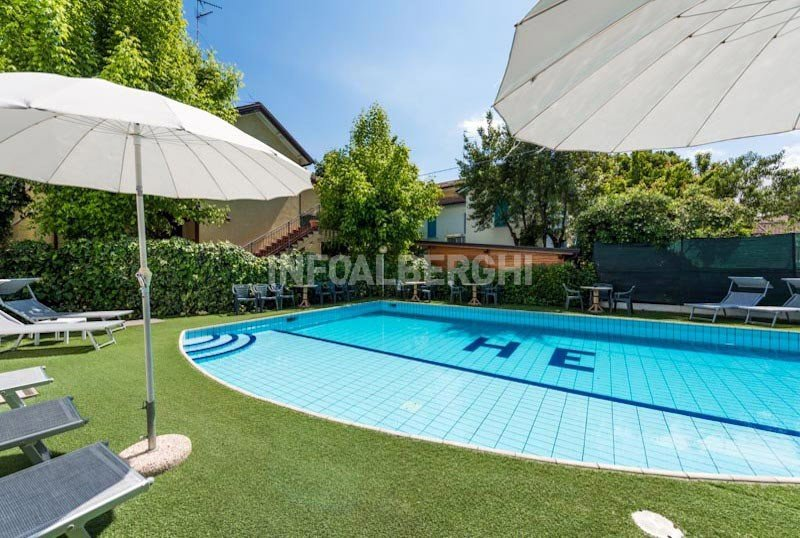 large swimming pool with sun terrace - Hotel Embassy Riccione (2/35)