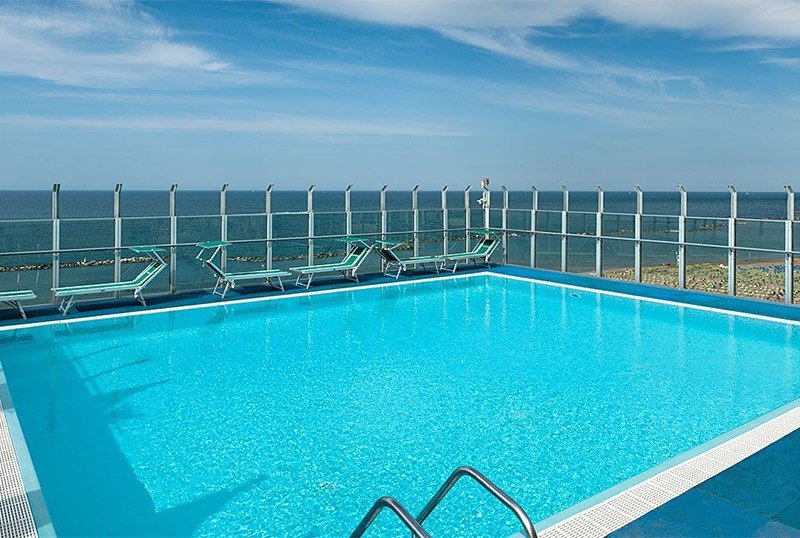 Panoramic swimming pool on the seventh floor of the building. - Hotel Napoleon Gabicce Mare (2/25)