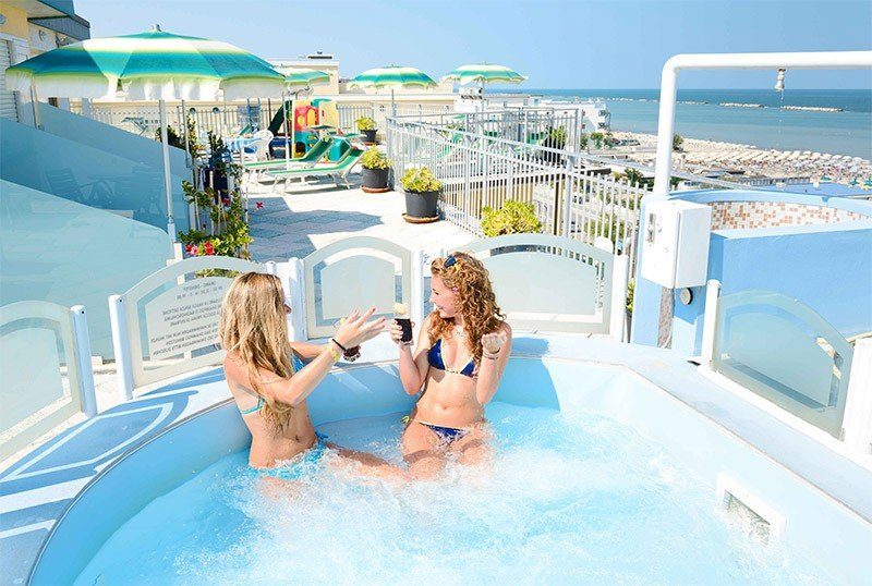 Jacuzzi on the terrace with a breathtaking view of the sea. - Hotel Embassy Valverde di Cesenatico (1/47)
