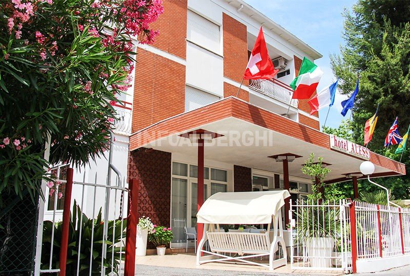 entrance and equipped garden - Hotel Alessi Rimini Mare (2/48)
