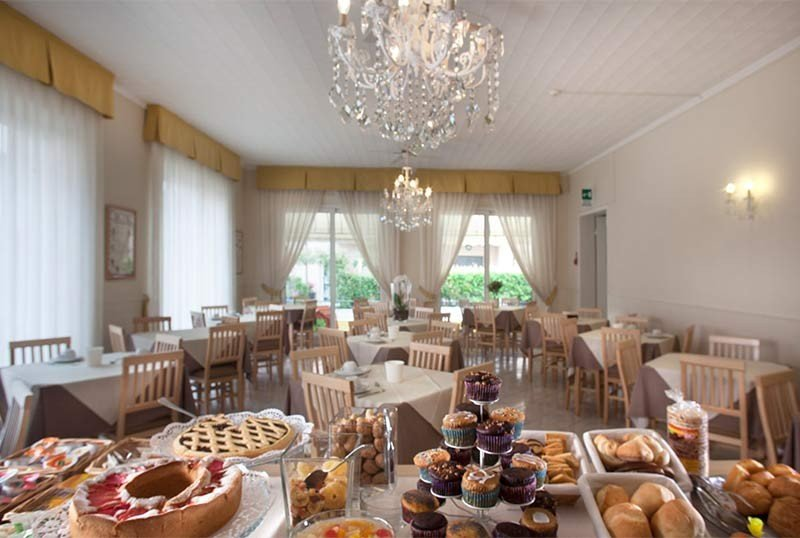 the breakfast buffet - Hotel Villa Perazzini Torre Pedrera (2/33)